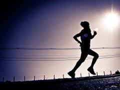 Vrouw aan het rennen in de zon