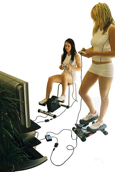 Twee meisjes die een actieve game spelen
